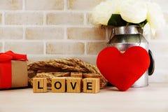 Czerwony kierowy symbolu valentine ` s dnia pojęcia tło z kwiat dekoracją obrazy royalty free
