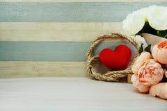Czerwony kierowy symbolu valentine ` s dnia pojęcia tło z kwiat dekoracją obrazy stock