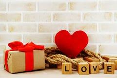 Czerwony kierowy symbolu valentine ` s dnia pojęcia tło z kwiat dekoracją zdjęcie royalty free