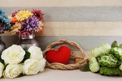 Czerwony kierowy symbolu valentine ` s dnia pojęcia tło z kwiat dekoracją zdjęcia stock