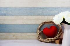 Czerwony kierowy symbolu valentine ` s dnia pojęcia tło z kwiat dekoracją fotografia stock