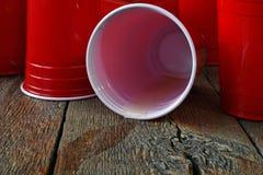 Czerwony klingeryt Pije filiżanki i Rozlewającego piwo Obrazy Stock
