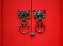 czerwony knocker bat drzwi. Obrazy Royalty Free