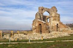 Czerwony kościół - ampuła stronniczo konserwował opóźnioną Romańską wczesną Bizantyjską Chrześcijańską bazylikę blisko miasteczka Zdjęcia Stock