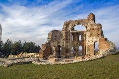 Czerwony kościół - ampuła stronniczo konserwował opóźnioną Romańską wczesną Bizantyjską Chrześcijańską bazylikę blisko miasteczka Fotografia Stock