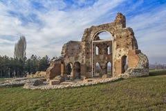Czerwony kościół - ampuła stronniczo konserwował opóźnioną Romańską wczesną Bizantyjską Chrześcijańską bazylikę blisko miasteczka Zdjęcie Royalty Free