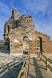 Czerwony kościół - ampuła stronniczo konserwował opóźnioną Romańską wczesną Bizantyjską Chrześcijańską bazylikę blisko miasteczka Obrazy Stock