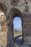 Czerwony kościół - ampuła stronniczo konserwował opóźnioną Romańską wczesną Bizantyjską Chrześcijańską bazylikę blisko miasteczka Zdjęcia Royalty Free