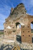 Czerwony kościół - ampuła stronniczo konserwował opóźnioną Romańską wczesną Bizantyjską Chrześcijańską bazylikę blisko miasteczka Obrazy Royalty Free