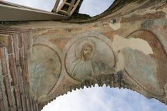 Czerwony kościół - ampuła stronniczo konserwował opóźnioną Romańską wczesną Bizantyjską Chrześcijańską bazylikę blisko miasteczka Obraz Stock