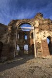 Czerwony kościół - ampuła stronniczo konserwował opóźnioną Romańską wczesną Bizantyjską Chrześcijańską bazylikę blisko miasteczka Obraz Royalty Free