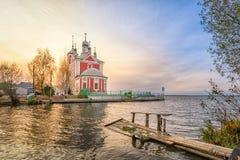 Czerwony kościół na stronie Pleshcheevo jezioro w Pereslavl-Zalessky obraz stock