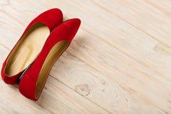 Czerwony kobiety ` s kuje baleriny na drewnianym tle Obraz Stock