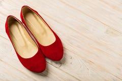 Czerwony kobiety ` s kuje baleriny na drewnianym tle Fotografia Royalty Free