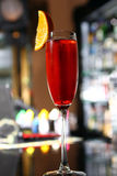 Czerwony koktajl w szampańskim szkle Fotografia Royalty Free