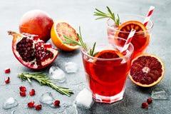 Czerwony koktajl z krwionośną pomarańcze i granatowem Odświeżający lato napój Wakacyjny aperitif dla przyjęcia gwiazdkowego obrazy stock