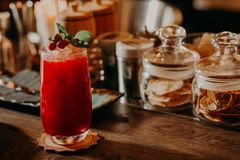 Czerwony koktajl z mennicą na baru stole Obrazy Stock
