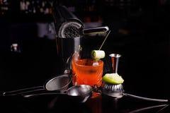 Czerwony koktajlu napój z lodem baru potrząsacz i narzędzia Obrazy Royalty Free