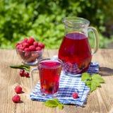 Czerwony kompot z wiśnią, truskawka, agrestowa nd malinka na drewnianym stole Obraz Stock