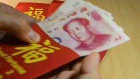 Czerwony koperty lub Hong bao używa dla dawać pieniądze podczas Chińskiego nowego roku lub psa ` s w 2018 rok zbiory wideo