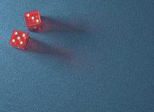 Czerwony kostka do gry błękita stół Obrazy Stock