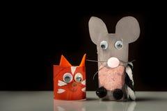 Czerwony kot i popielata mysz robić papier toaletowy rolka dzieckiem obraz stock