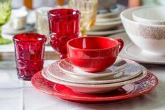 Czerwony kraj projektujący talerze, filiżanka i wineglasses 1, Zdjęcie Royalty Free