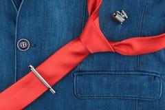 Czerwony krawat, cufflinks i krawat klamerka, kłamamy na drelichowej kurtce Fotografia Royalty Free