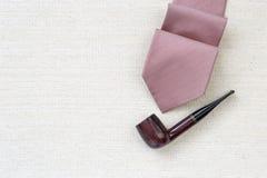 Czerwony krawat i klasyczna drewniana drymba Obraz Royalty Free