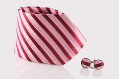Czerwony krawat z mankiecików połączeniami Obrazy Stock