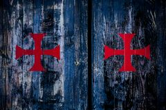 3 czerwony krzyż na błękitnym drewnianym wlaa zdjęcia royalty free