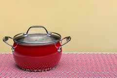 Czerwony kuchenny garnek z deklem, odizolowywającym Studio strzał, kopii przestrzeń obraz royalty free
