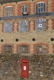 Czerwony listowy pudełko w ścianie Obrazy Royalty Free