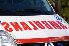 Czerwony literowanie na ambulansowym samochodzie Zdjęcia Royalty Free