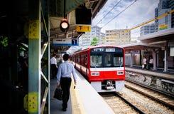 Czerwony Lokalny commutor pociąg przy Keikyu Kawasaki Daiji stacją, Japonia Obrazy Stock