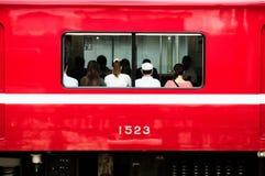 Czerwony Lokalny commutor pociąg przy Keikyu Yokohama stacją, Japonia Zdjęcie Stock