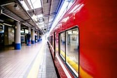 Czerwony Lokalny commutor pociąg przy Keikyu Yokohama stacją, Japonia Obrazy Royalty Free