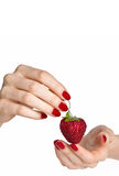 Czerwony manicure i truskawka Obraz Stock
