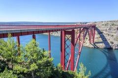 Czerwony Maslenica most w Chorwacja zdjęcie royalty free