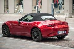 Czerwony Mazda mx5 parkujący w ulicie zdjęcia royalty free