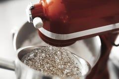 Czerwony melanżer i gotowanie cukrowy syrop w metalu puszkujemy fotografia stock