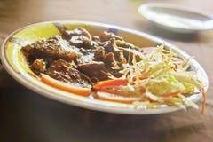 Czerwony mięso matrycujący z kapuścianą sałatką zdjęcia stock