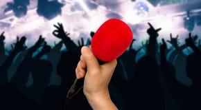 Czerwony mikrofon i sylwetki tanów ludzie Zdjęcia Royalty Free