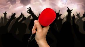 Czerwony mikrofon i sylwetki tanów ludzie Obrazy Stock