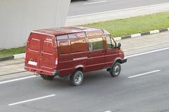 Czerwony minibus w miasto tylni widoku fotografia stock