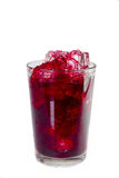 Czerwony napój w szkle z kostkami lodu Zdjęcie Royalty Free