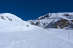 Czerwony narciarski skłon w Alpe d'Huez, Francja Obrazy Royalty Free