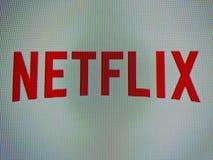 Czerwony NetFlix logo na TV ekranie Zdjęcie Stock