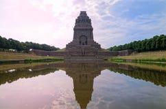 Czerwony niebieskie niebo nad zabytkiem bitwa narody Das Völkerschlachtdenkmal w Leipzig, Niemcy fotografia royalty free