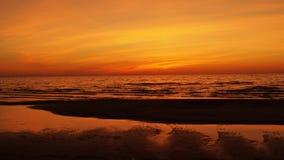 Czerwony niebo nad morzem przy zmierzchem Fotografia Royalty Free